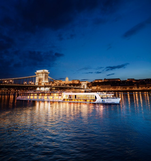 AmaReina_Budapest CHAIN BRIDGE EDIT_GU.jpg